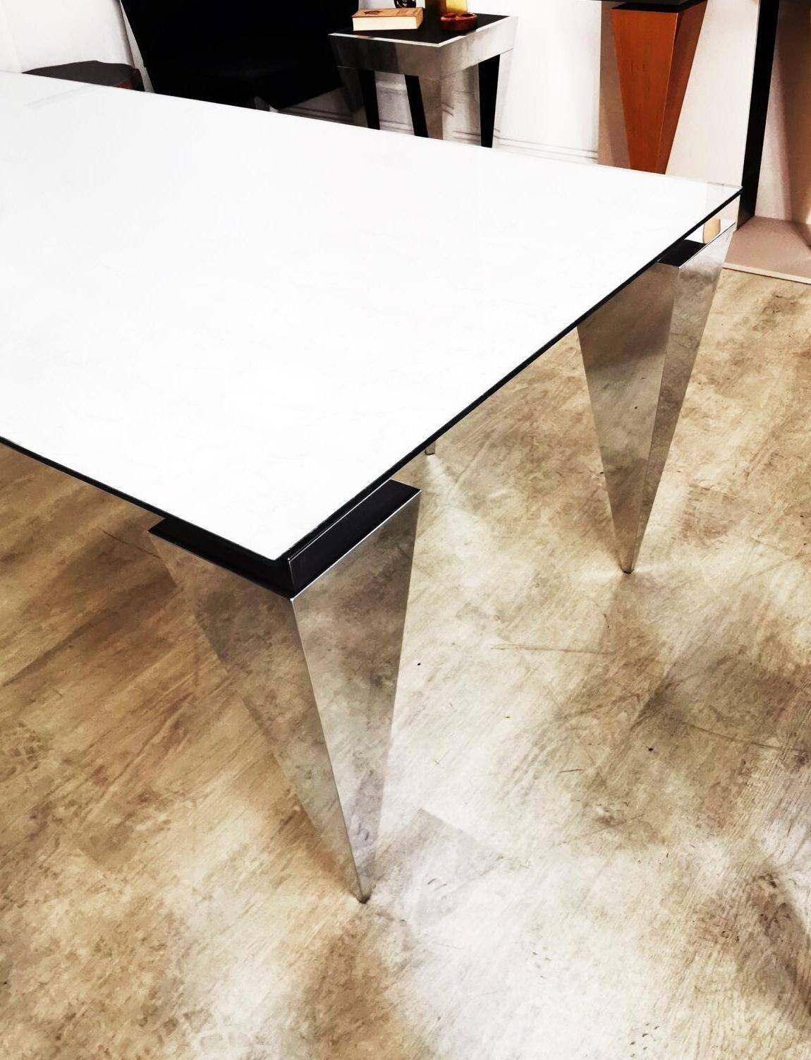 Futurystyczny stół PIRYT I